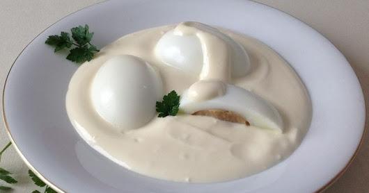 Ouă umplute in sos de smântână
